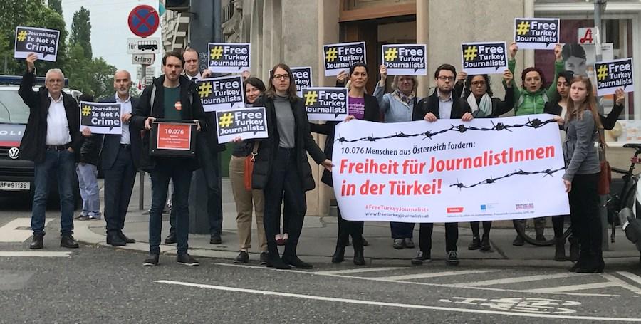 Aktion vor der türkischen Botschaft: Lasst die JournalistInnen frei!