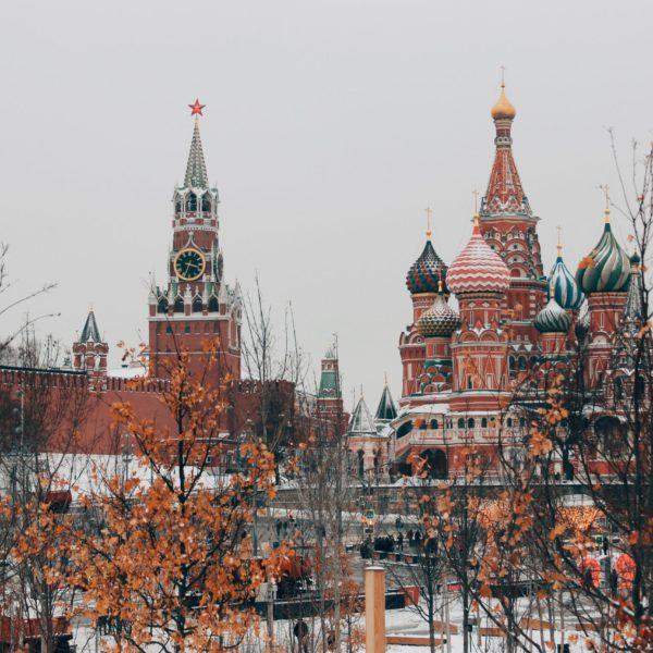 Die harten Attacken von Russland und Belarus gegen die Pressefreiheit: Spannender Zoom-Talk mit Russland-Expertin Susanne Scholl zum Nachhören